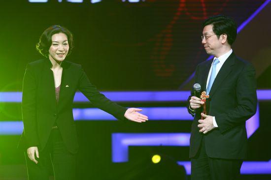 图文:新浪网络盛典-杜红(左)见证李开复获荣誉