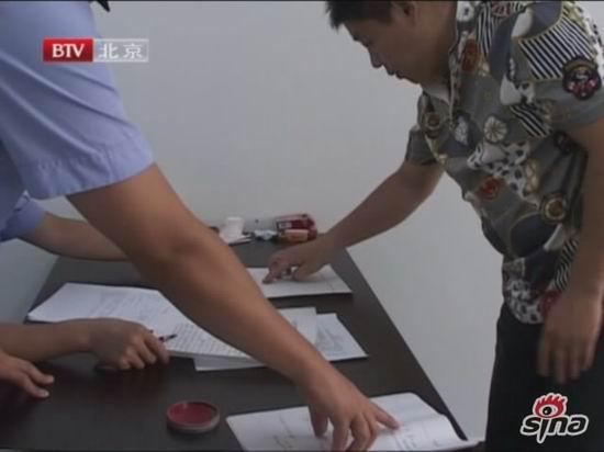 图文:李鹤彪被警方带走-李鹤彪服从处置
