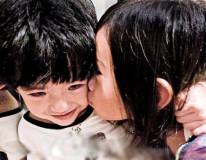 组图:张柏芝爱子Lucas遭小女孩亲吻场面搞笑