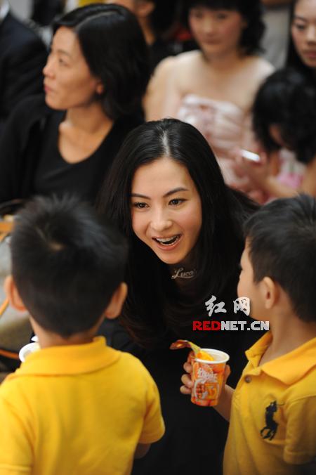 图文:张柏芝出席活动-张柏芝现场不停逗小孩