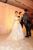 组图:沙溢胡可新婚拍全家福恩爱新人甜蜜拥抱