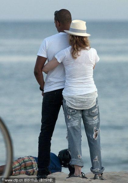 图文:麦当娜与小男友拥吻- 麦当娜背后拥抱男友
