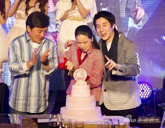 林凤娇切生日蛋糕
