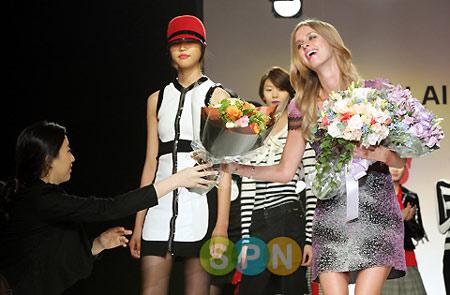 帕里斯-希尔顿妹妹自创服装品牌韩国首发(图)