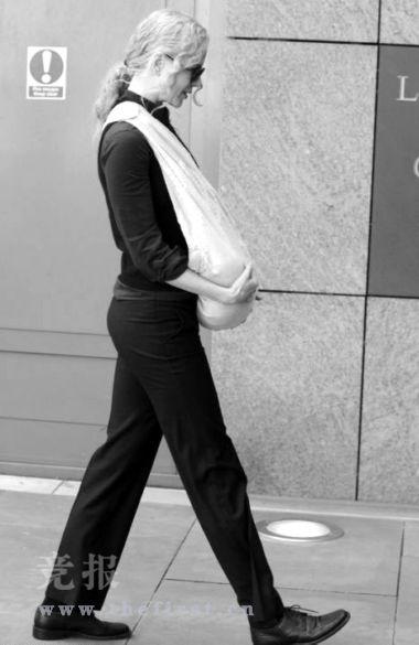 妮可-基德曼襁褓兜爱女大方上街(图)