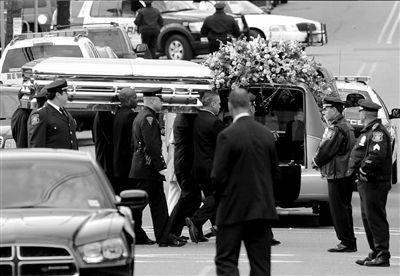 惠特尼的灵柩被抬上灵车,运往墓地 图/CFP