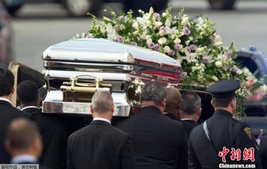 """2月18日,美国流行乐坛歌手惠特尼・休斯敦的葬礼在位于新泽西州的""""新希望""""浸信会教堂举行,这里是惠特尼・休斯敦童年首次担任唱诗班成员的地方。参加葬礼的是受到邀请的惠特尼生前亲友,大批歌迷也前来哀悼,虽被挡在隔离区外。此次葬礼还以网络视频直播的方式播出。"""
