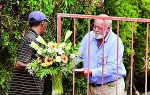 斯廷坎普父亲(右)在女儿死后深陷悲伤