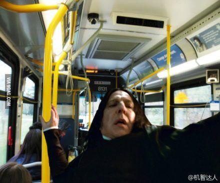 斯内普教授一直是这种大仰角形象, 网友就把他P成了坐公交车的样子……