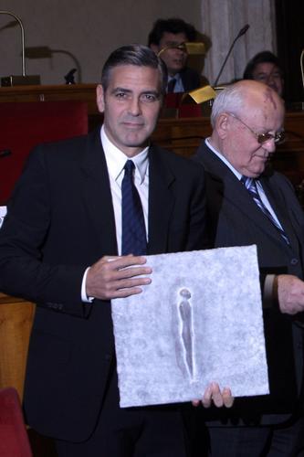 组图:乔治-克鲁尼善举受认可获颁和平峰会奖