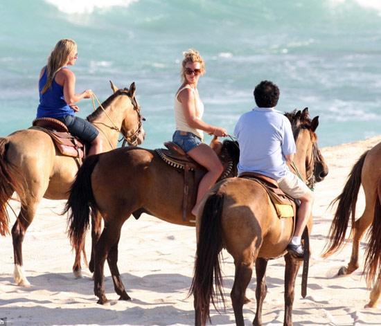 布兰妮海滩悠闲骑马穿背心乳沟微露(组图)