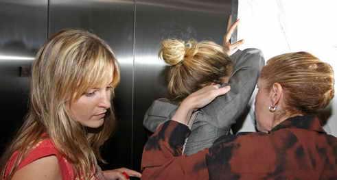 组图:西耶娜-米勒受刺激避镜头死磕电梯门