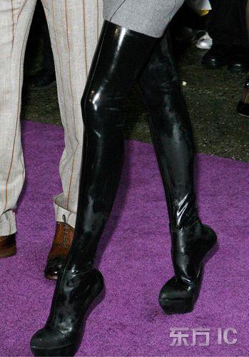 组图:维多利亚穿新鞋恐失重贝克汉姆紧随护驾