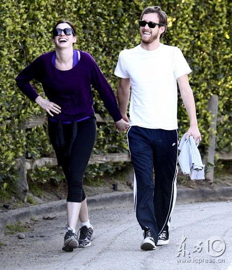 组图:安妮海瑟薇与新欢散步被男友逗乐笑弯腰