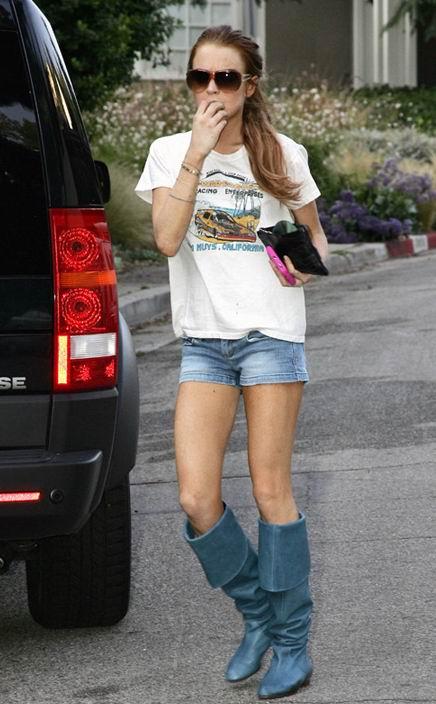 组图:林赛-罗韩短裤配高靴夏日街头吸引眼球
