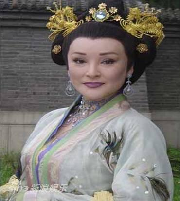 资料图:《秦香莲》主演--陈莎莉饰皇后