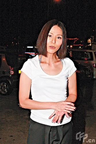 > 正文    新浪娱乐讯 2010年7月27日香港,无线剧《女人最痛》演员,7