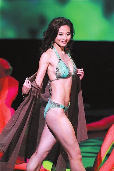 朱晨丽正在展示泳装。图/CFP