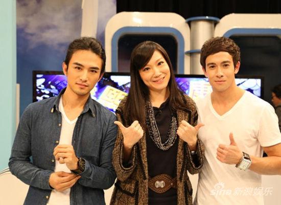 张晓晨(左)做客《康熙来了》