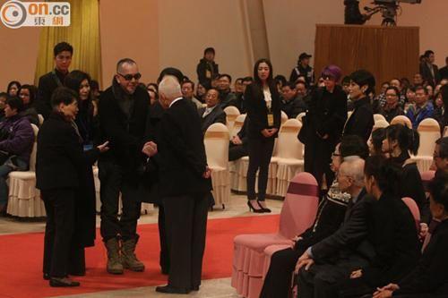 黄秋生问候六婶与邵逸夫家人,陈芷菁则站在他们身后。