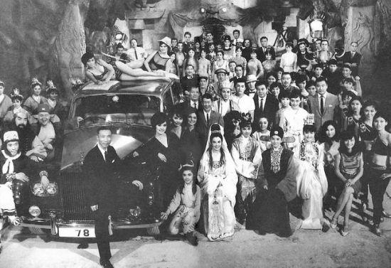 邵逸夫与邵氏群星的合影。确切地说,他和他的兄长们是售卖文化商品的商人。