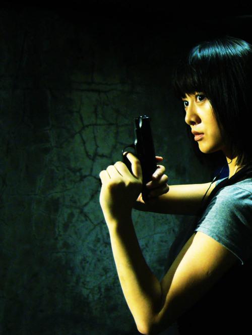 刘添月日本军官剧照_刘添月《红警》帅气出击 被誉新一代陀枪师姐