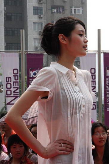 母女报名参赛《东方天使》容貌着装似姐妹花