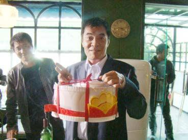 刘威生日首拍《朋友一场》剧组准备生日惊喜