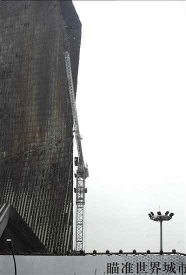 央视失火楼不拆迁准备复工工地上搭起塔吊(图)
