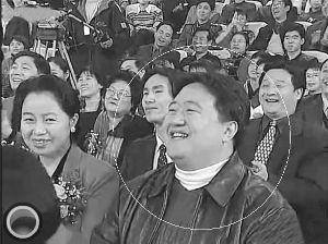 """春晚让话题飞 """"助理体""""""""笑脸哥""""引热议(图)"""
