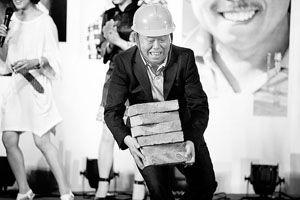 《能人冯天贵》将播潘长江当民工展示搬砖功夫