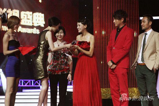 李曼和罗晋的照片-唐嫣获最受欢迎女演员奖 抹胸红裙亮相似女神
