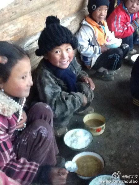 周立波夫妻携幼女访贫困地区为孩子们挥泪(图)