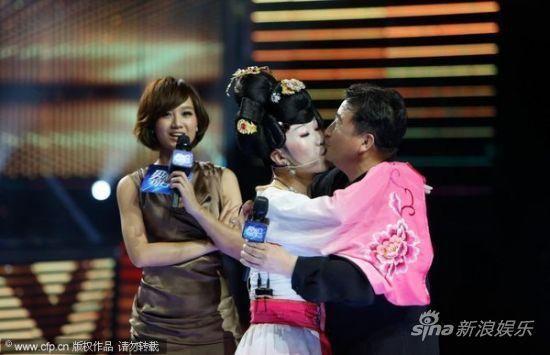 姜昆遭遇同性强吻