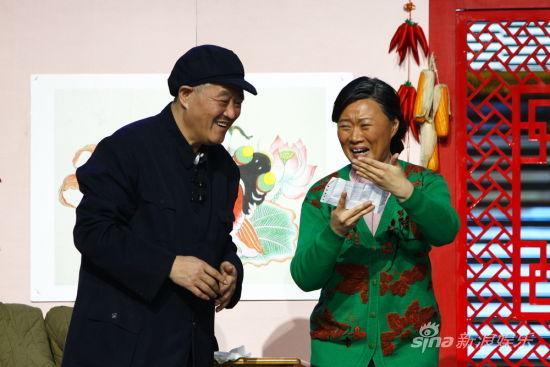 赵本山与倪萍原本进军央视春晚的小品在辽宁卫视提前曝光,搭档改为陈海燕。cfp/图
