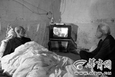 4月25日晚,卧病在床的张世新(左)和老伴薛守纪在电视机前看《舌尖2》