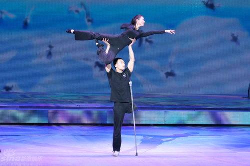 女友跳舞被人干_组图:《牵手》跳进元宵夜 残疾人舞蹈超感人