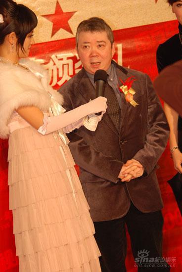 图文:香港知名电影人文隽红毯上接受采访