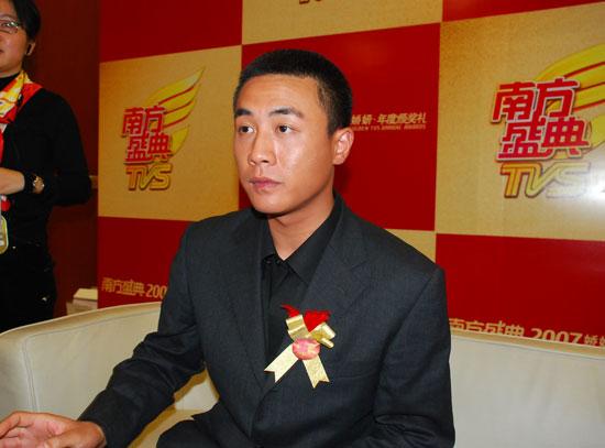 图文:年度最佳男主角杜淳在后台接受采访
