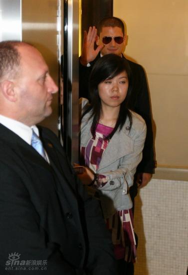 图文:米勒抵达北京-进入电梯