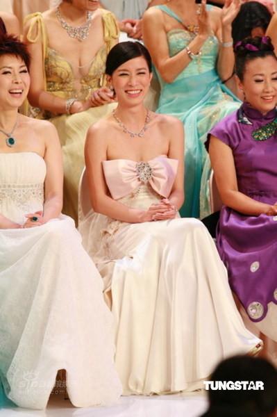 图文:TVB41周年台庆--佘诗曼开怀大笑