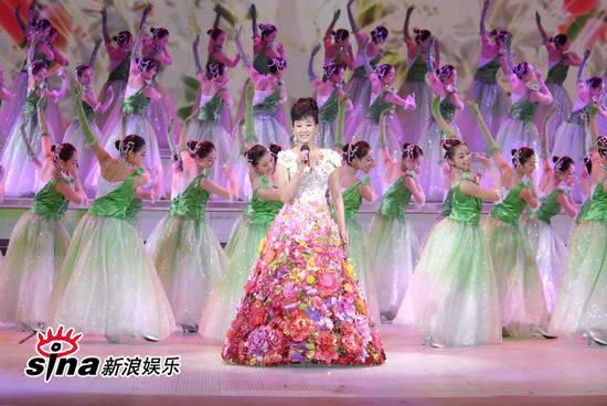 图文:09年央视春节晚会--宋祖英高贵花朵裙