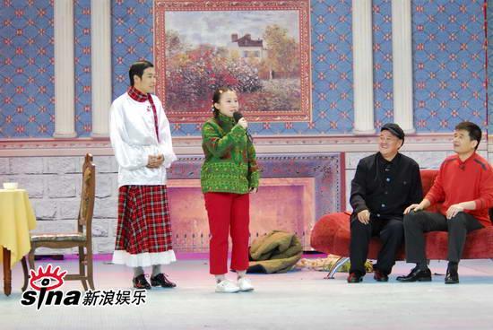 """图文:09年央视春节晚会--赵本山""""孙女""""秀绝活"""