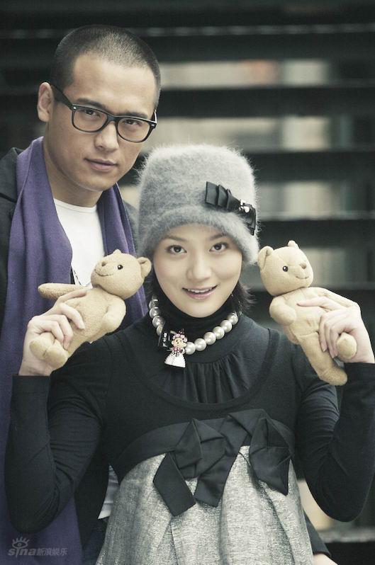图文:情侣写真大片--唐于鸿(前)手持小熊