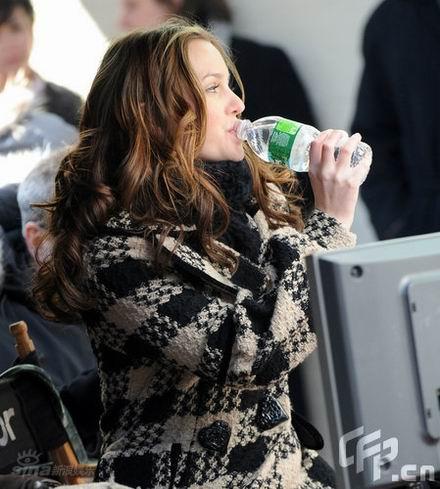 图文:《八卦天后》探班--莉顿喝水也优雅