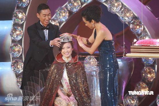 图文:09香港小姐总决赛--朱玲玲为冠军加冕