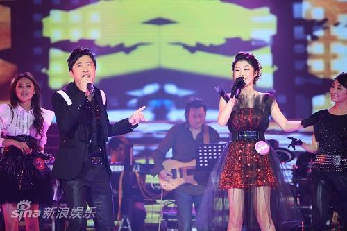 图文:东方天使总决赛-哈林与戴燕妮合唱