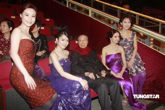 图文:TVB42周年台庆--邵逸夫被美女环绕