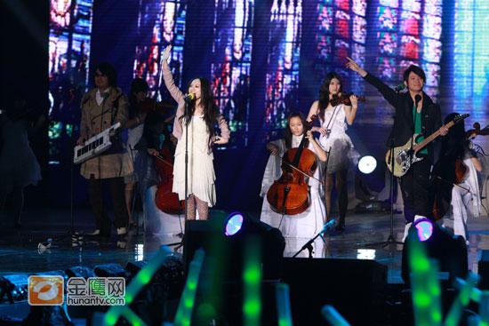 图文:湖南卫视跨年演唱会-飞儿乐队复出演唱