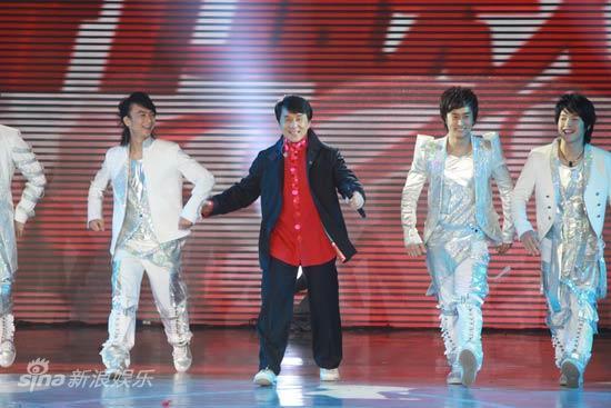 图文:2010湖南春晚现场-成龙和七小福